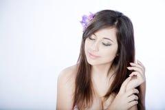 Träumendes Mädchen mit Blume im Haar Stockfoto