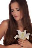 Träumendes Mädchen mit einer Lilie Stockfotografie