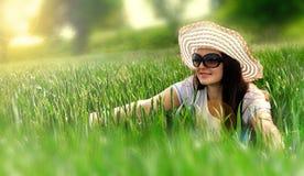Träumendes Mädchen und glänzende Sonne Stockfoto