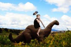 Träumerische Abenteuer des Dino-Jungen lizenzfreie stockbilder