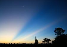 Träumerische blaue Dämmerung mit Sonnenstrahlen und -stern Stockfotografie