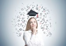 Träumerische blonde Geschäftsfrau, Bildung Stockfotos