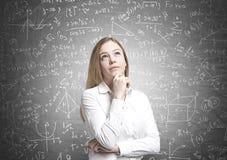 Träumerische blonde Geschäftsfrau, Formeln Stockfotos