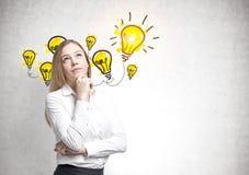 Träumerische blonde Geschäftsfrau, Idee Lizenzfreie Stockfotografie