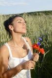 Träumerische Frau mit Blumenstrauß Stockfoto