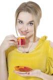 Träumerische Frau mit Tasse Kaffee auf einer Platte Stockfoto