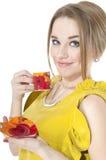 Träumerische Frau mit Tasse Kaffee auf einer Platte Stockfotografie