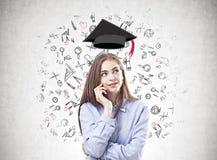 Träumerische junge Frau in einem blauen Hemd, Bildung stockfotografie