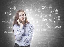 Träumerische junge Frau in einem blauen Hemd, Formel stockfotos