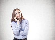 Träumerische junge Frau in einem blauen Hemd, verspotten oben lizenzfreies stockbild
