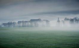 Träumerische Landschaft verloren im starken Nebel, Valle di Casies stockbilder