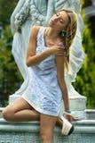 Träumerische Mädchenstellung lizenzfreie stockfotografie
