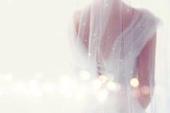 Träumerischer abstrakter und undeutlicher Hintergrund der schönen Braut mit Hochzeitskleid, von hinten Stockbilder