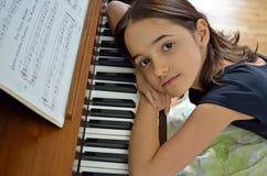 Träumerischer junger Pianist Stockbild