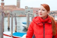 Träumerischer Reisender der jungen Frau in Venedig lizenzfreie stockbilder
