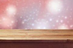 Träumerischer romantischer Hintergrund mit leerem Holztisch Stockfotos