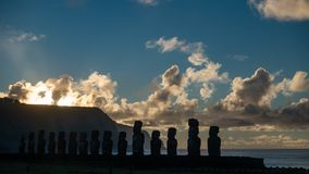 Träumerischer Sonnenaufgang über silhuettes Ahu Tongariki Moai in der Osterinsel stock video