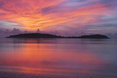 Träumerischer Sonnenaufgang auf tropischem Strand Stockfoto