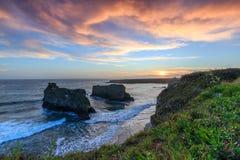 Träumerischer Sonnenuntergang auf einer Klippenseite Lizenzfreie Stockfotos