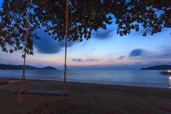 Träumerischer Sonnenuntergang auf tropischem Strand. Stockfotografie