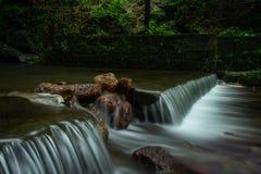 Träumerischer Wasserfall lizenzfreie stockfotografie