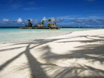 Träumerischer weißer Sand-Strand, Felsen-Insel Stockfoto