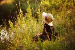 Träumerisches Kindermädchen auf Sommerweg auf Flussufer Gemütliche ländliche Szene Im Freienaktivitäten lizenzfreie stockbilder