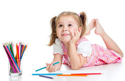 Träumerisches Kindmädchen mit Bleistiften Stockbilder