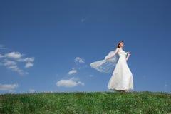 Träumerisches schönes blondes Brautgehen Lizenzfreies Stockbild