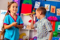 Träumt Flug vom Kind im Kindergarten Glückliches Jungenkinderspielen lizenzfreie stockfotos
