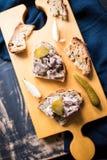 Träuppläggningsfat med terrine för kallt kött på rostat brödfinskaalatoobi Royaltyfria Foton