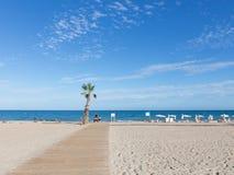 Träväg till havet i Spanien Arkivbild