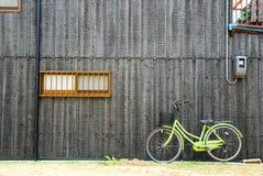 Trävägg med en cykel Fotografering för Bildbyråer