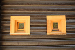 Trävägg med fönster Arkivfoto