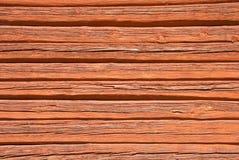 Trävägg som målas med typisk svensk röd färg Arkivfoto