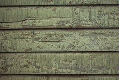 Träväggen med målarfärg ridas ut strängt och skalning Arkivbilder