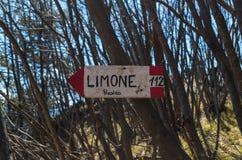 Trävägvisare för fotvandrare nära Limone på sjön Garda, Italien Arkivfoto