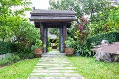 Trävälvd ingång till det thailändska hemmet Royaltyfri Foto