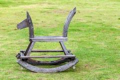 Trävagga häst på gräsmatta Royaltyfri Bild