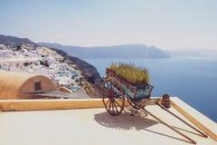 Trävagn för trevlig tappning med havkustlinjen och bybakgrund Fotografering för Bildbyråer