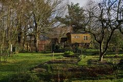 Trävagncirkus i en trädgårds- campare Arkivbild