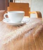 trävarm tabell för kaffekopp Royaltyfri Foto