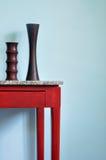 Trävasen dekorerar på den wood tabellen Royaltyfri Foto
