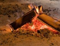 Trävedträ som är brinnande i lantlig kabin royaltyfri fotografi