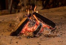 Trävedträ som är brinnande i lantlig kabin fotografering för bildbyråer