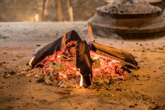 Trävedträ som är brinnande i lantlig kabin royaltyfria foton