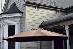 Trävilla med solparaplyet royaltyfri bild