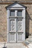 Trävit dörr med blom- modeller Royaltyfria Bilder