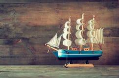 Trävit segelbåt för gammal tappning på trätabellen royaltyfri foto