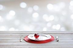 Trävit tabletop med julställeinställningen, röd dekor på abstrakt vit bokeh Jul förlöjligar upp Royaltyfri Foto